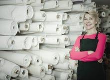显示各种各样的织品的卖主 免版税库存照片