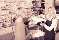 显示各种各样的织品的卖主 库存图片