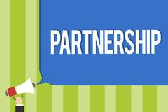 显示合作的文字笔记 两个或多个人民的企业照片陈列的协会作为伙伴合作团结公众的 免版税库存图片