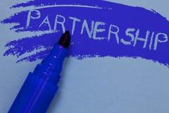 显示合作的文字笔记 两个或多个人民的企业照片陈列的协会作为伙伴合作团结大胆的b的 库存图片
