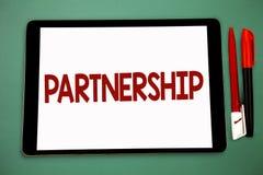 显示合作的概念性手文字 两个或多个人民的企业照片陈列的协会当伙伴合作U 免版税图库摄影