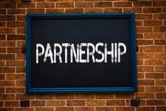 显示合作的概念性手文字 两个或多个人民的企业照片陈列的协会当伙伴合作U 免版税库存照片