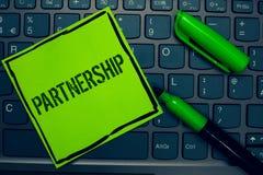 显示合作的概念性手文字 企业照片两个或多个人民的文本协会作为伙伴合作团结K的 库存照片