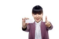 显示名片的亚裔女实业家 图库摄影
