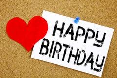 显示周年庆祝的生日快乐概念和爱的概念性手文字文本说明启发写在st 免版税库存图片