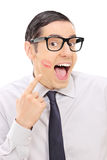 显示唇膏在他的面颊的快乐的人亲吻标记 库存照片
