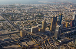 显示商业大厦、高速公路和住宅区的街市迪拜的鸟瞰图 免版税库存照片