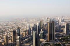 显示商业大厦和一条多灰尘的地平线的街市迪拜的鸟瞰图 免版税库存照片