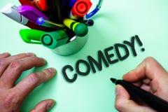 显示喜剧电话的文本标志 概念性举行黑m的照片乐趣幽默讽刺情景喜剧欢闹耍笑的娱乐笑的人 图库摄影