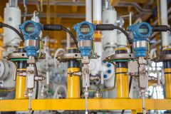 显示器的压力传送器和对控制油和煤气过程的可编程序的逻辑控制器PLC的被送的测量的价值 库存照片