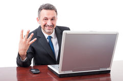 显示四个手指的办公室的友好的主任 免版税图库摄影