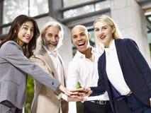显示团结和团队精神的不同种族的企业经营者 免版税库存图片