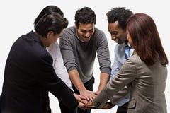 显示团结的五个办公室工作者 免版税库存照片