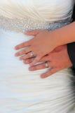 显示圆环的已婚夫妇 免版税库存照片