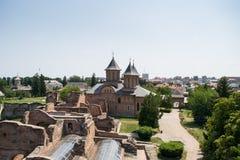 显示圣星期五教会的王侯的法院的鸟瞰图在Targoviste, Dambovita,罗马尼亚 免版税库存图片