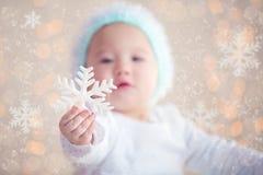 显示圣诞节装饰品的冬天婴孩 免版税库存照片