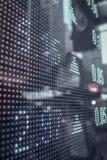 显示在一个大屏幕上的股票市场行情 库存照片