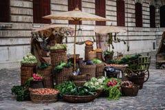 显示在一个老市场上的待售新鲜蔬菜 库存图片