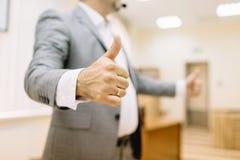 显示在办公室背景的特写镜头商人赞许 企业概念查出的成功白色 库存照片