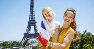 显示在埃佛尔铁塔前面的母亲和女儿旗子 免版税图库摄影