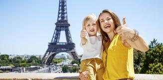 显示在埃佛尔铁塔前面的母亲和孩子赞许 库存图片