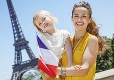 显示在埃佛尔铁塔,巴黎前面的母亲和女儿旗子 免版税库存照片