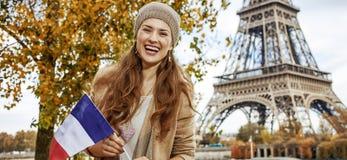 显示在堤防的妇女旗子在埃佛尔铁塔,巴黎附近 库存图片