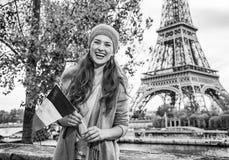 显示在堤防的妇女旗子在埃佛尔铁塔,巴黎附近 免版税库存照片