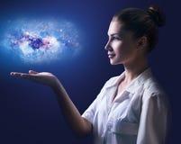 显示在她的手上的女性医生一点星系 免版税库存照片