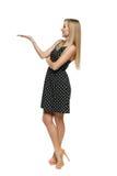 显示在她的掌上型计算机的礼服的美丽的妇女空的复制空间 免版税库存图片