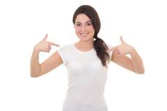 显示在她自己的空白的白色T恤杉的微笑的妇女 免版税库存照片