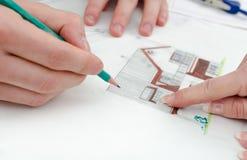 显示在房子计划的客户一个细节 免版税图库摄影