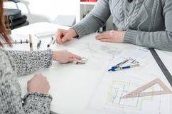 显示在房子计划的客户一个细节 免版税库存照片