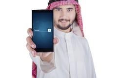 显示在手机的阿拉伯人万维网文本 免版税库存图片