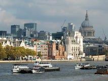 显示在新的大发展的伦敦财政区城市当前建筑工作,采取从泰晤士南禁令 免版税库存照片