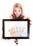 显示在片剂的女孩欧洲金钱钞票 免版税库存图片