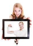 显示在片剂的房地产开发商妇女钥匙 免版税库存照片