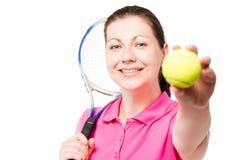 显示在白色的愉快的少妇网球 库存照片