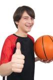 显示拇指u的一个英俊的微笑的蓝球运动员的画象 免版税图库摄影