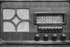 显示在的一台古色古香的收音机许多频率拨II 库存图片