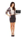 显示在膝上型计算机的屏幕上的全长妇女Copyspace 免版税库存图片