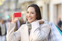 显示在街道上的顾客信用卡在冬天 免版税库存图片