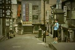 显示在被放弃的电影地点的女孩 免版税库存照片