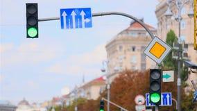 显示在路交叉点的红绿灯绿色 股票录像