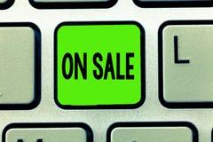 显示在销售中的文字笔记 企业照片陈列的机会购买事准备好更加便宜的折扣被购买 库存照片