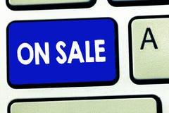 显示在销售中的文字笔记 企业照片陈列的机会购买事准备好更加便宜的折扣被购买 免版税库存照片