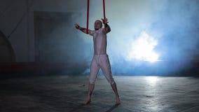 显示在阶段的专业马戏团演员令人敬畏的特技 股票视频