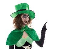 显示在copyspace的滑稽的绿色恶鬼,隔绝在白色 库存照片