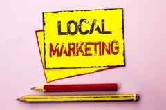 显示地方行销的文本标志 概念性在黄色稠粘写的照片地方地方广告商务公告 免版税库存图片