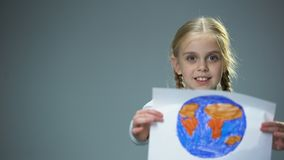 显示地球图片入照相机,全球性和平概念的微笑的小孩 影视素材